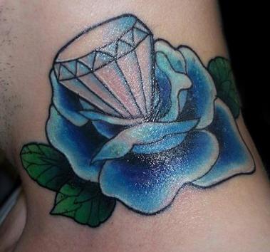 el tatuaje de una rosa azul con un diamante en el centro hecho en el cuello