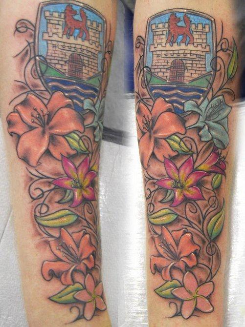 Rebe-Tätowierung mit Blumen und Wappen