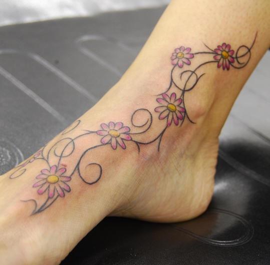 Tatuaje en el pie, rama con pequeñas flores púrpuras
