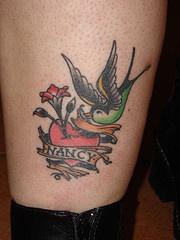 fiore cresce da cuore con uccello tatuaggio