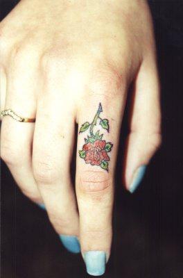 piccola rosa rossa tatuaggio sul indice