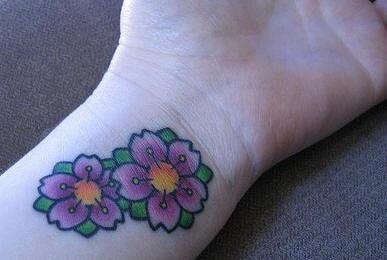 Tatuaggio colorato sul polso i fiori