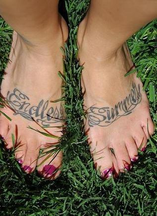 """Scritte &quotendless """" &quotsummer"""" tatuati sui piedi"""