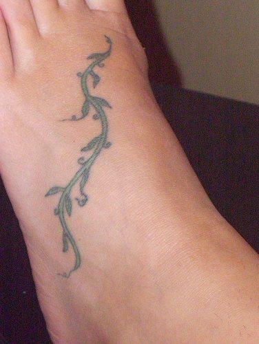 Il ramoscello come il serpente tatuato sul piede