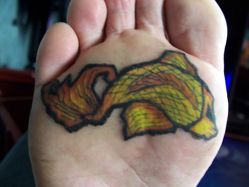 Pesce-tigre giallo tatuato sul piede