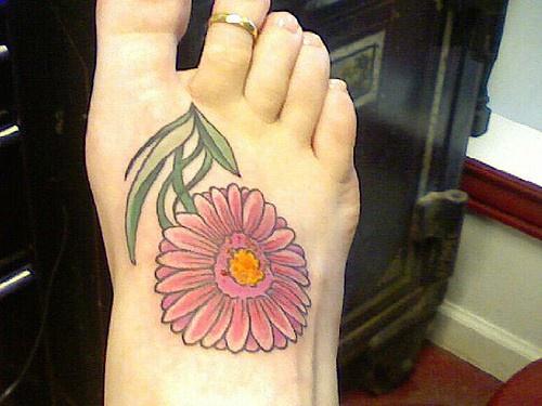 Tatuaggio sul piede grande fiore roso