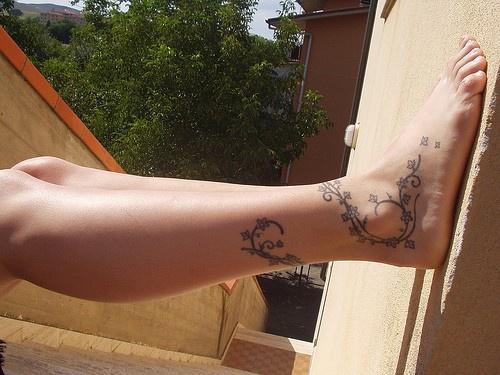 Tatuaggio disegno dal piede alla gamba