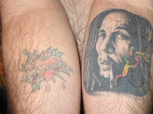 Ritratto un indiano fuma la pipa e cuore rosso  tatuati sui bracci