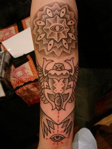 Curioso tatuaggio sul avambraccio la rana e gli occhi