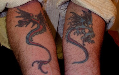 Terribile dragone rosso e feroce dragone azzurro tatuati sui bracci