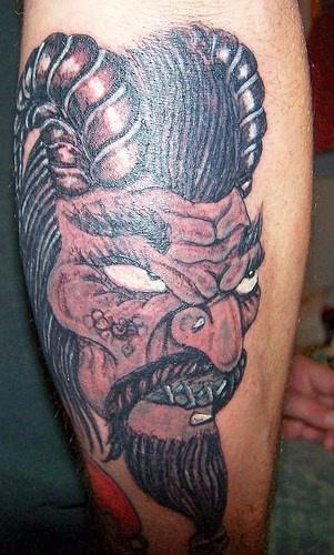 Il viso del Re dalle Lunghe Corna arrabbiato tatuaggio sul braccio