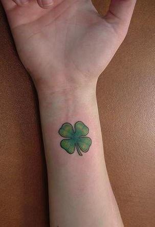 classico quadrifoglio tatuaggio sul polso