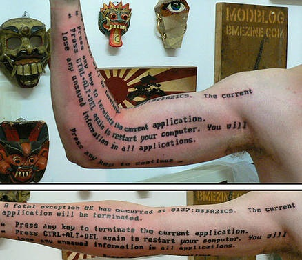 Tatuaggio con testo scritto sul braccio
