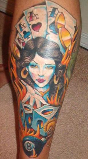 el tatuaje de color de la mujer azul con la mirada magica adivinadora con naipes en llamas