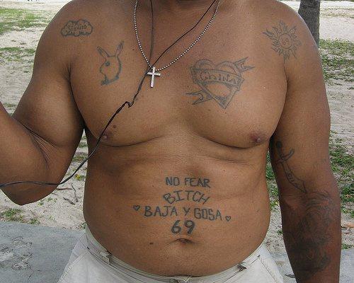 """Tatuaggio sulla pancia le scritte &quotNO FEAR BITCH"""" & &quotBAJA Y GOSA"""" & &quot69"""""""