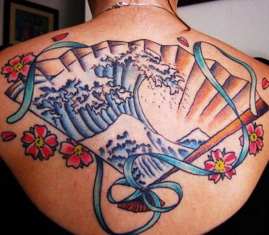 grande onda di kanagawa il ventaglio tatuaggio