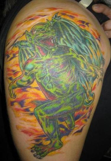Gargoyle verde tatuaggio colorato