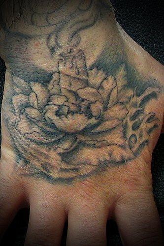 Une Bougie Allumee Dans Une Fleur Tatouage Sur La Main