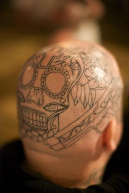 Tatuaggio non colorato sulla testa il teschio