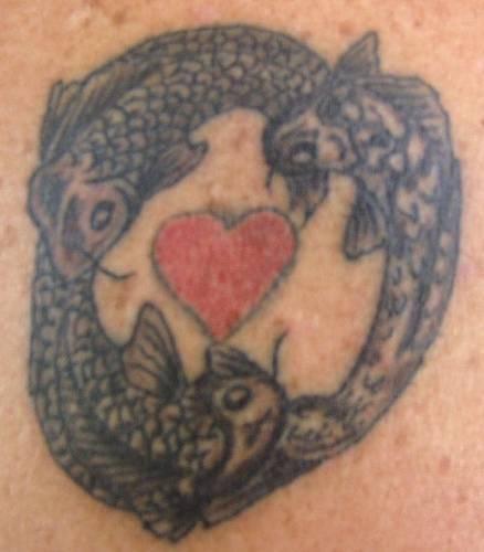 Cuore circondato da tre pesci tatuaggio