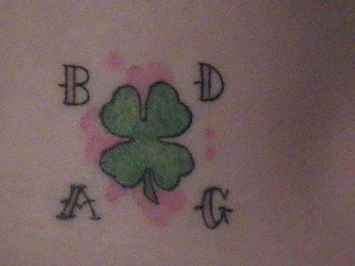 La foglia verde il simbolo della festa di San Patrizio con le lettere A B D G tatuati