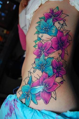 Grande tatuaggio il mazzo di fiori azzurri violi