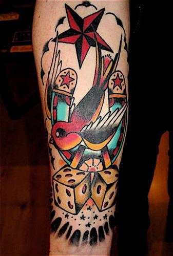 coloratissimo tauaggio di ferro di cavallo con uccello e dadi