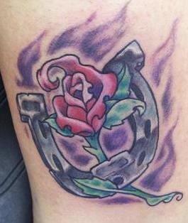 ferro di cavallo con rosa e pettalidi fuocco tatuaggio