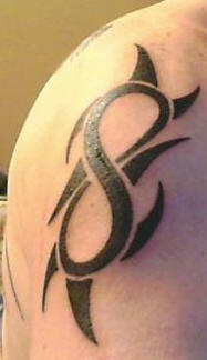 infinito simbolo tribal tatuaggio