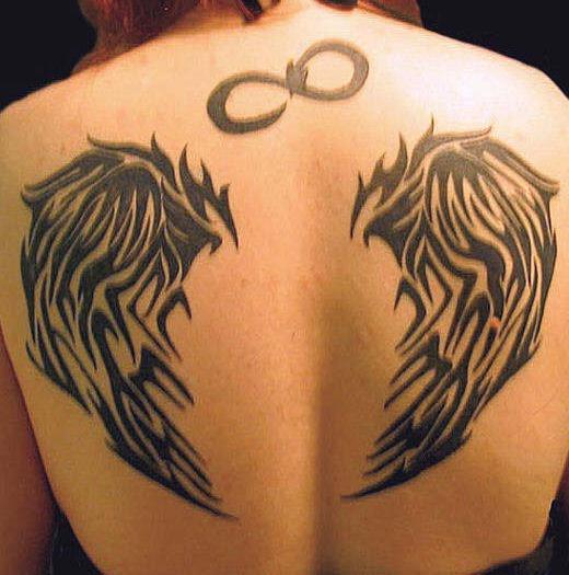simbolo infinito con ali sulla schiena tatuaggio