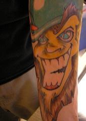 leprechaun sorridente colorato tatuaggio