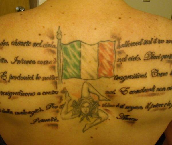 bandiera italiana sull retro tatuaggio