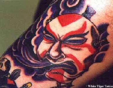 Demone giapponese colorato tatuato