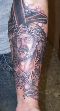 croce e sacro cuore manicotto tatuaggio