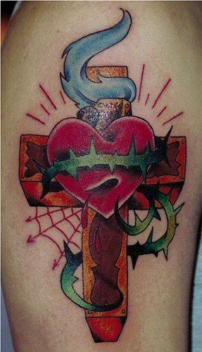 cuore sulla croce con il web tatuaggio