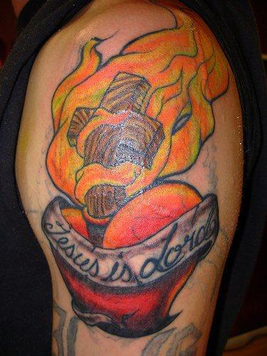 colorato tatuaggio sacro cuore con croce