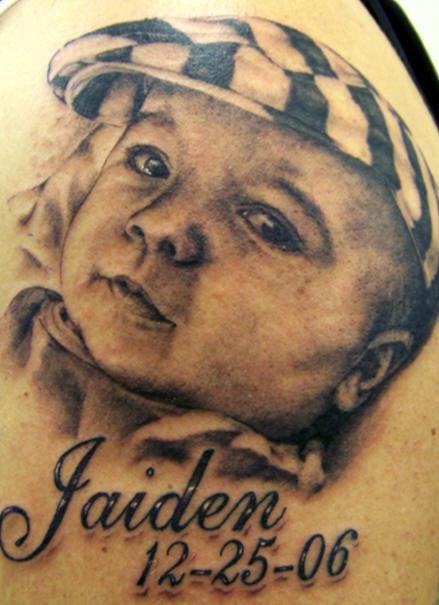 bimbo sulla foto conil nome e data tatuaggio