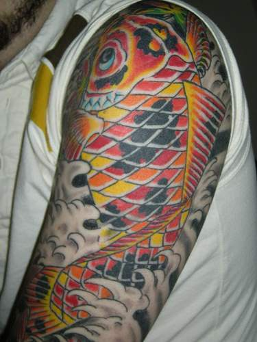 largo colorato koi sul braccio tatuaggio