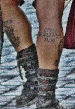 civis romanus sum tatuaggio sul la  gamba