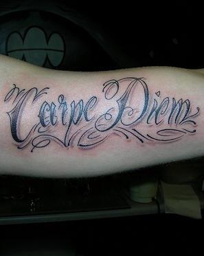 carpe diem tauaggio sul braccio