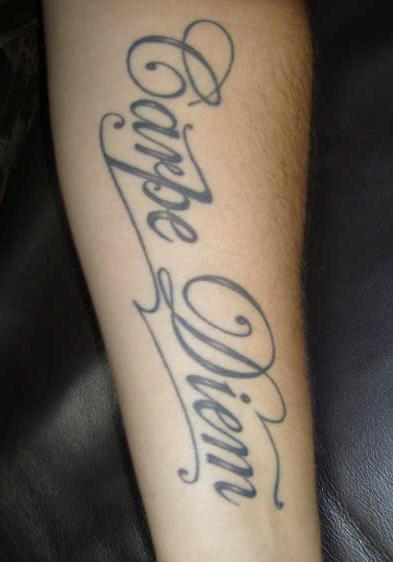 carpe diem classico tatuaggio sul braccio