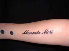 memento mori piccolo tatuaggio sul braccio