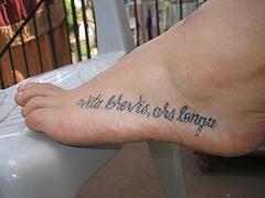 vita brevis ars longa tatuaggio sul piede