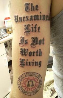 latin liberos motto tatuaggio sul braccio