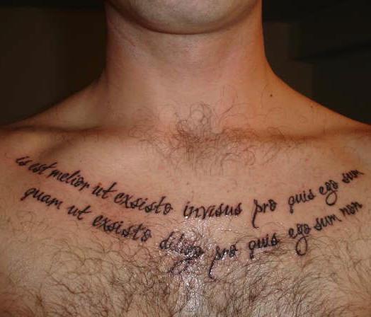 testo latino scritto sul petto tatuaggio