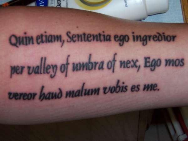 testo latino sul braccio tatuaggio