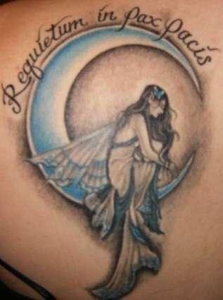 angelo triste sulla luna crescente tatuaggio