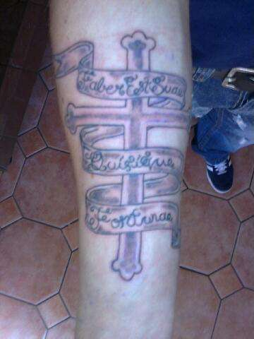 croce latina con scritti banda tatuaggio