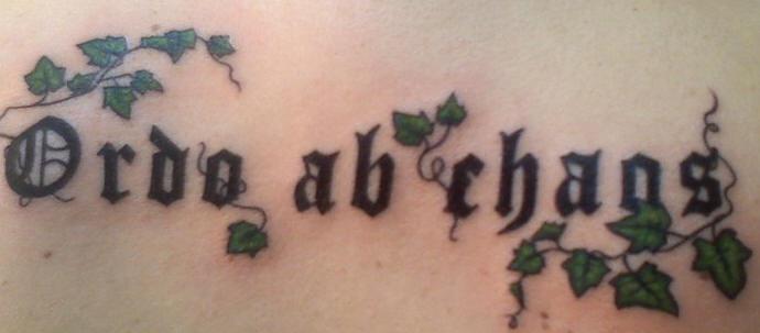 ordo ad chaos con l`edera tatuaggio