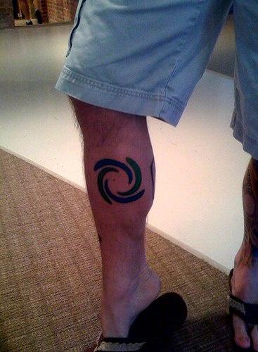 Carino tatuaggio sulla gamba il disegno in forma di vortice